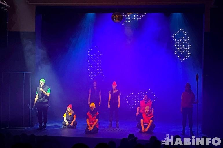 Артисты хабаровского ТЮЗа выступили в роли озеленителей Марса