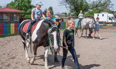 В Хабаровском конно-спортивном клубе инвалидов практикуют иппотерапию
