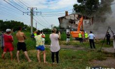 В Хабаровске снесли барак: 27 человек больше не живут «как скот»