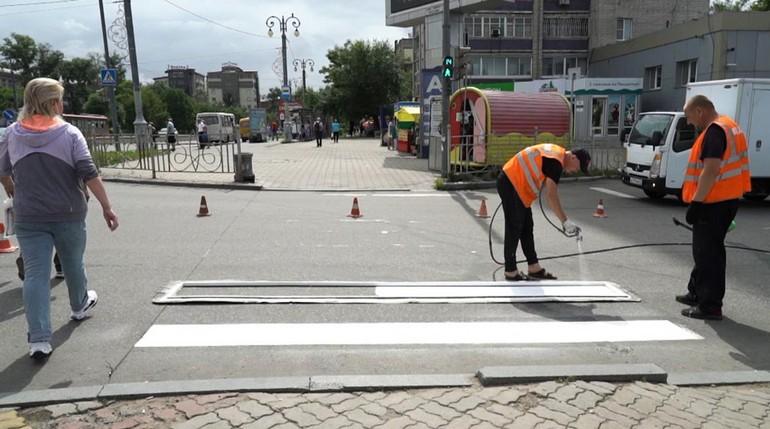 Водой не смоешь: как наносят разметку на дороги Хабаровска