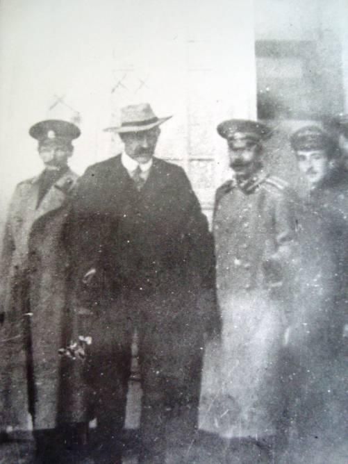 Владимир Арсеньев (слева) и Фритьоф Нансен на хабаровском вокзале, 1913 г.