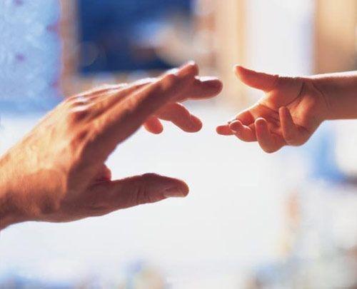 руки взрослые и дети