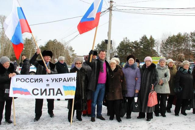 Жители Бычихи приветствовали автопробег песнями и плакатами, среди которых четко читалось: «Россия + Украина = сила!»
