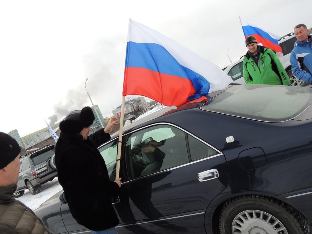 Ровно час понадобился движущейся под бело-сине-красными знаменами автоколонне, чтобы добраться до села Бычиха