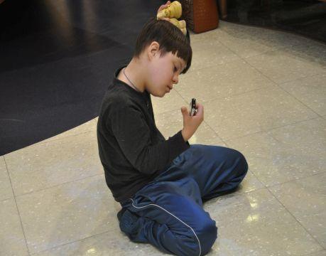 10-тилетний Федя все время сидел на полу и слушал музыку