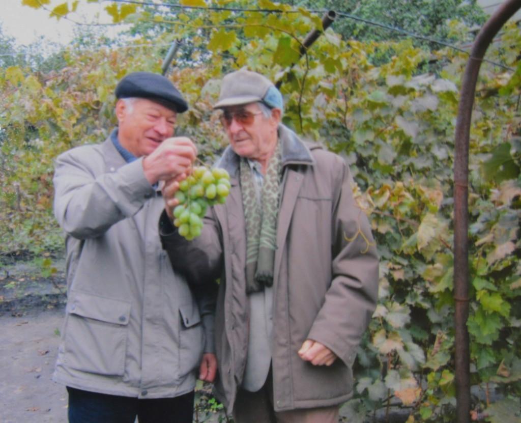 С Михаилом Абузовым (справа), автором книги «Атлас северного винограда», Владимир Заболотный встретился во время своей поездки по виноградникам европейской части России.