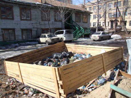 Жители дома №10 по улице Гоголя в Хабаровске вынуждены жить рядом со зловонной помойкой. Фото Андрея Скорына