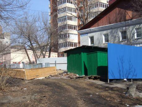 Рядом с помойкой - в дополнение - долгие годы работает деревянный туалет, куда ходят все, кому не лень. Фото Андрея Скорыны