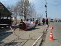 """Также водитель на """"Ниссане"""" снес рекламную конструкцию. Фото Олеси Шкирской"""