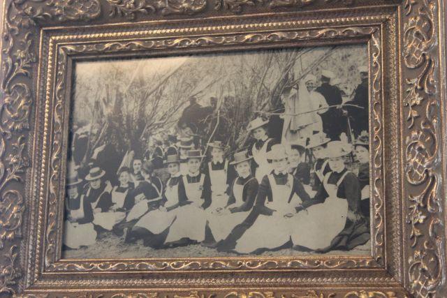 На стенах развешены фотографии тех лет. Вот юные гимназистки. Фото  Катерины Ушаковой
