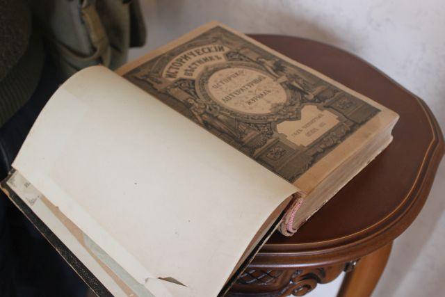 Рядом лежат раритеные книги. Среди них пьесы Островкого 1912 года, а также Литературный журнал 1883 года.