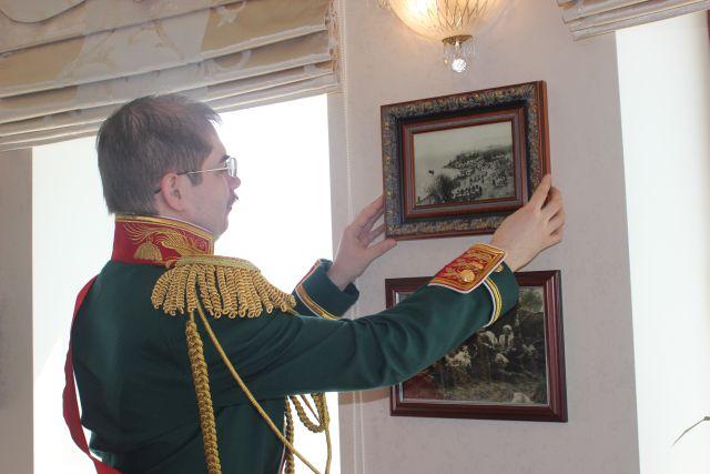 Граф Муравьев-Амурский по-хозяйски поправляет фотографию. Фото Катерины Ушаковой