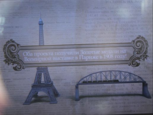 В этом телескопе можно увидеть нашу историю. пока это только железнодорожный мост, но к осени, когда утес откроют для посетителей, через телескоп можно будет наблюдать строительство первых улиц Хабаровска. Фото Катерины Ушаковой.
