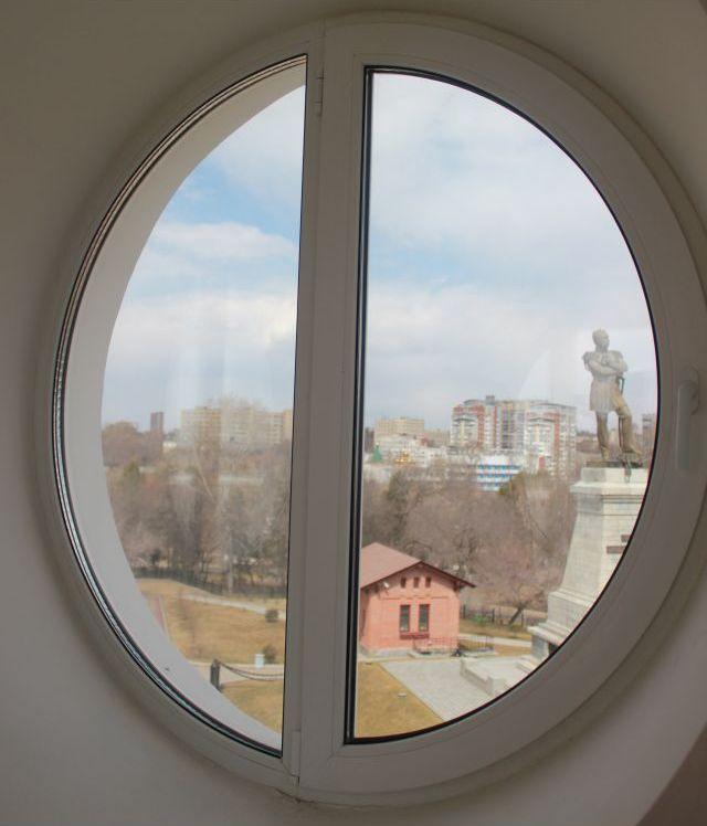 Из окон самого верхнего этажа утеса город виден, ка на ладони. Фото Катерины Ушаковой