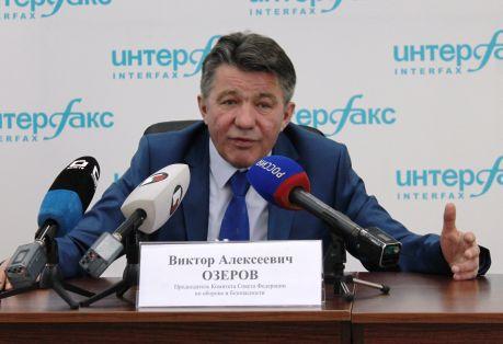 Сенатор Озеров на пресс-конференции не ушел от ответа по поводу информации о губернаторе Хабаровского края. Фото Алексея Минина