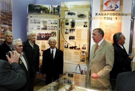 Депутат Хабаровской городской думы Владимир Лариков (в центре) на встрече с ветеранами энергетической отрасли