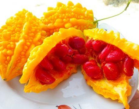 Внутри спелого плода - темно-рубиновые ягоды с семенами, вкус которых напоминает хурму