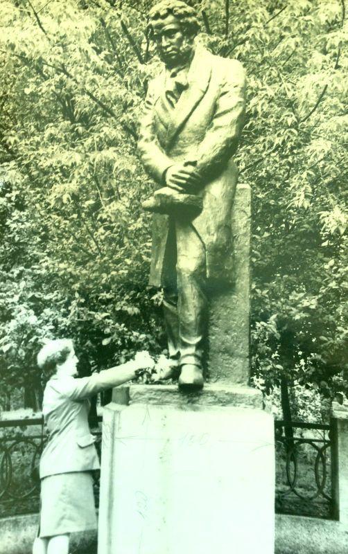 Памятник Пушкину в Хабаровске до реставрации. Еще бетонный. 1989 год