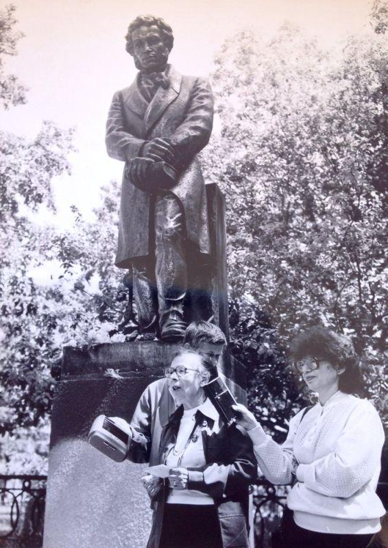 В день рождения поэта, 6 июня 1990 года, в Хабаровске состоялось открытие обновленного памятника Александру Сергеевичу Пушкину. Выступает Антонина Дмитриева