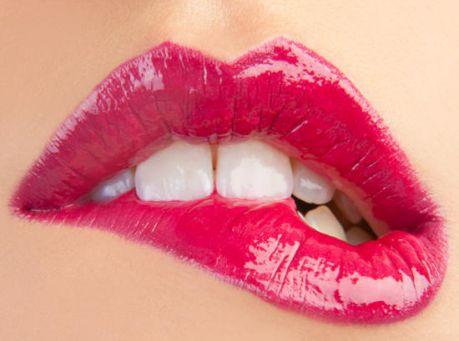 Блеск для губ можно наносить поверх помады или непосредственно на губы. Во избежание смешения цветов помады и блеска, поверх губной помады наносим прозрачный блеск