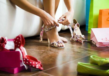 Ключевой акцент дизайнеры делают на практичных моделях на относительно невысоком устойчивом каблуке.