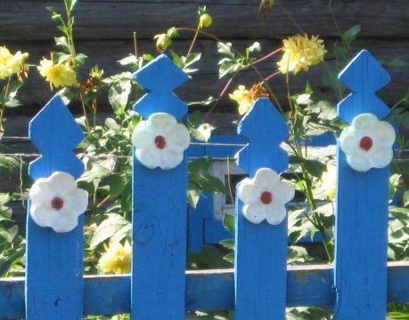 Ограждения из дерева могут быть любых форм и расцветок