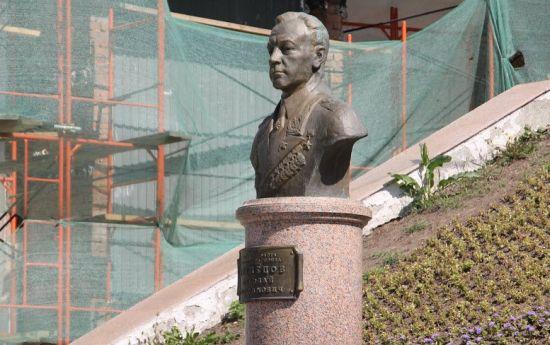 Бюст Николаю Герасимовичу во Владивостоке до 2010 года был единственным в стране