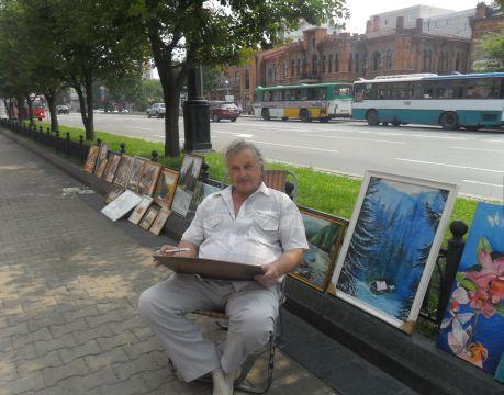 Александр Хижняк со своими работами