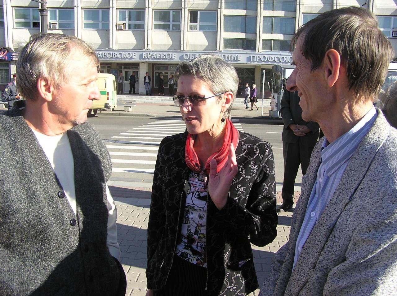 Ирина Харитонова в окружении демократа Михаила Колбаско и правозащитника Михаила Вовка