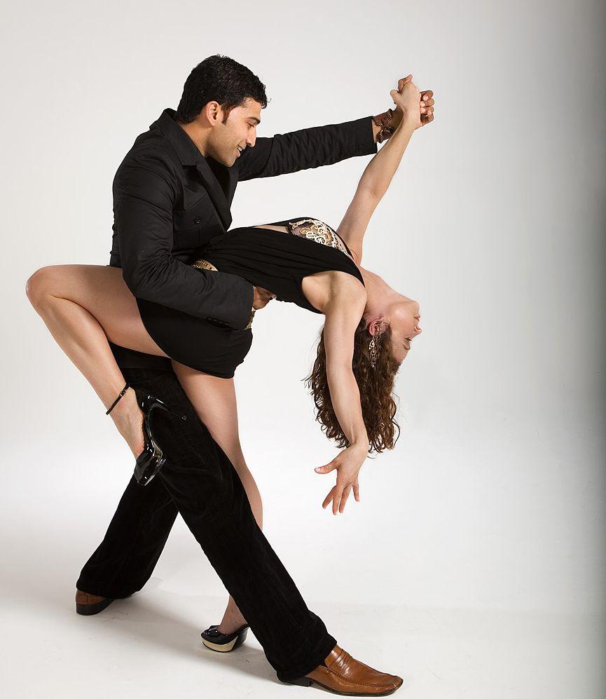 К характерным чертам таких танцев относят энергичные, страстные зажигательные движения и покачивание бедрами.