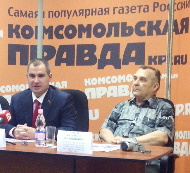 Максим Сурайкин (в центре) и Валентин Кныш в Хабаровске.