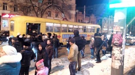 Фото интернет-пользователя. На остановках количество желающих в разы превышает количество мест в трамвае.