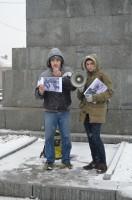 Семен Руденко показывает фото, на которых члены правительства других стран и городов ездят на общественном транспоте