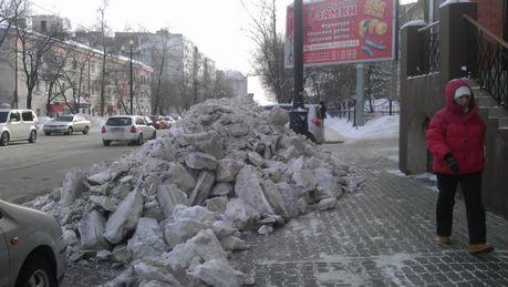 Своими силами коммерсанты убрали снег с прилегающей территории.