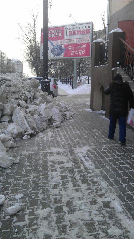 Еще вчера тротуар был чист, А сегодня на нем огромные сугробы.