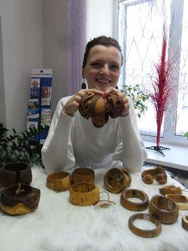 Украшения мастера Сергея Матуйзо выполнены из дальневосточных пород деревьев без применения техники