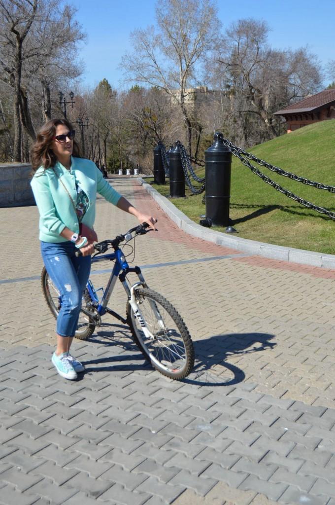 Пользуясь тем, что её узнали, попросила прокатиться на велосипеде.
