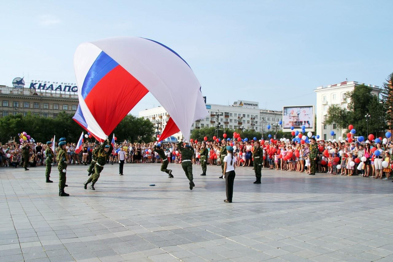 Флаг России на площади Хабаровска