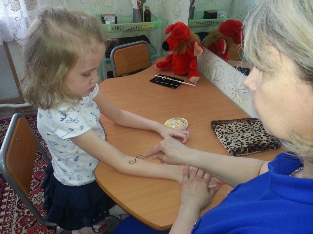 Настя на массаже с учителем-логопедом Татьяной Синаторовой