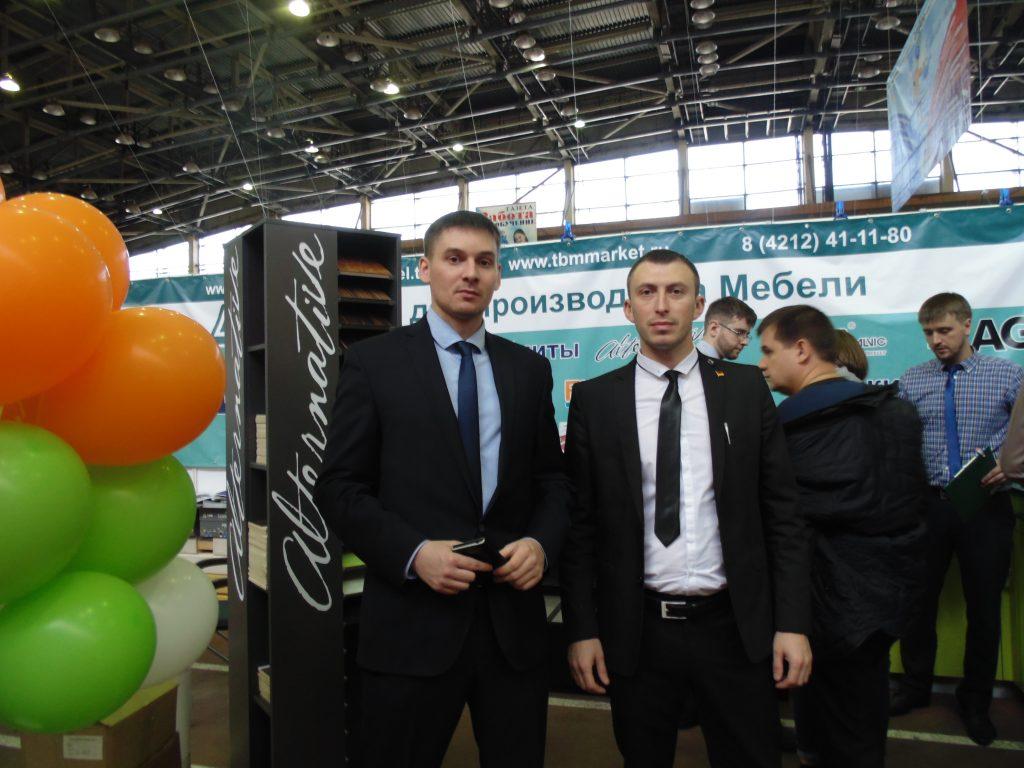 Андрей Цисляк (слева) директор дальневосточного филиала компании ТМБ-Маркет с сотрудником