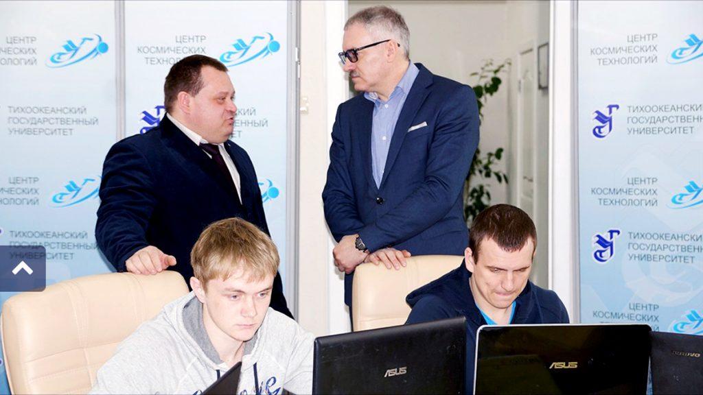 Профессор Игорь Пугачев (справа стоит) с коллегами и студентами ТОГУ трудились над заданием мэрии круглосуточно. Фото ТОГУ