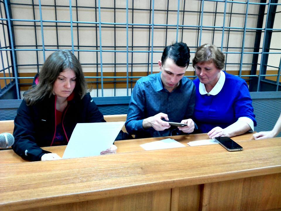 Слева направо: адвокат Галина Мерзлякова, подсудимый Акмал Худайкулов и его мать Елена Александровна
