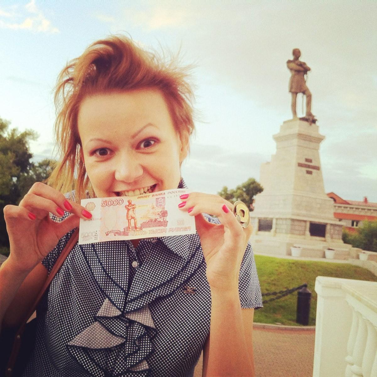 """Многие гости города хотят сфотографироваться """"как на 5000 купюре""""."""