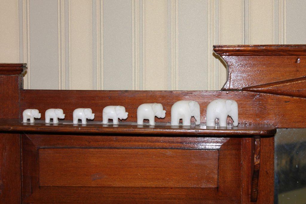 Накомодные слоники экспонат трогать руками