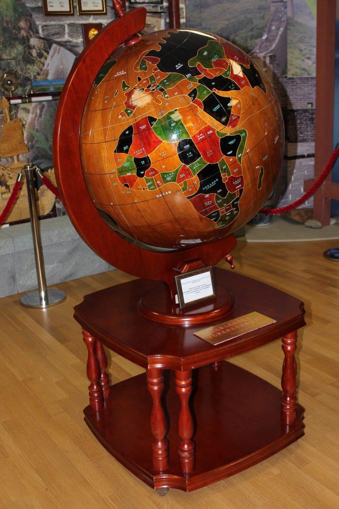 Деревянный глобус экспонат музей
