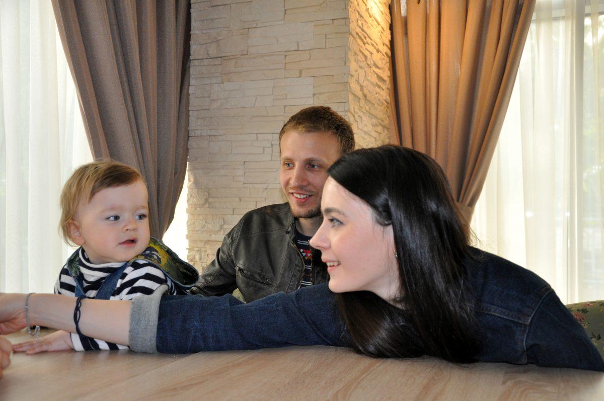 Игорь предпочитает общаться с людьми оф-лайн. С женой вероникой они знакомы с... роддома.