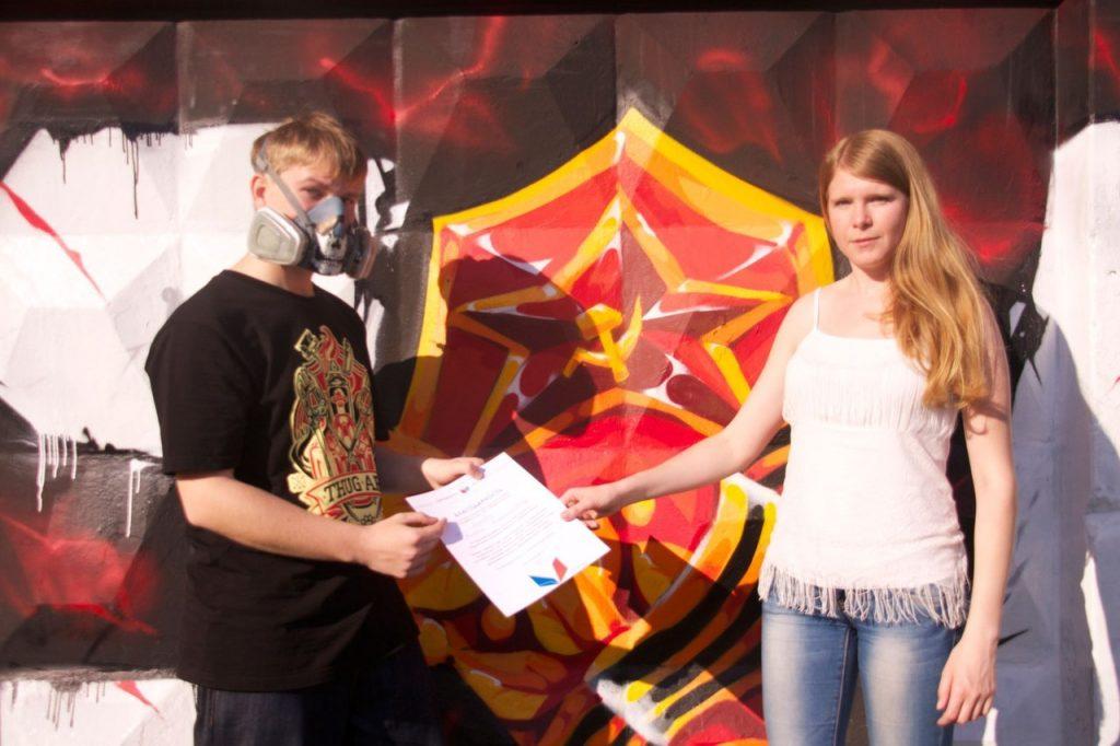 С участником граффити-тура в честь юбилея Победы