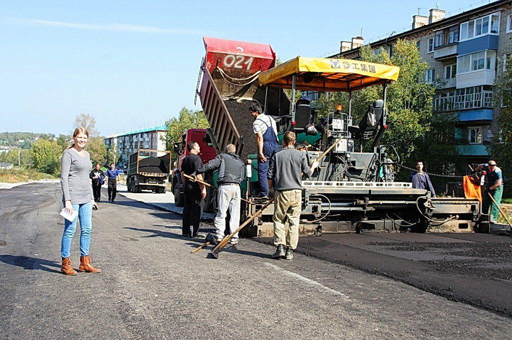 Марина со своей командой строит дорогу в Советской Гавани