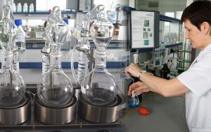 Кругом - непонятные научные прибамбасы, склянки, реторты и пробирки.