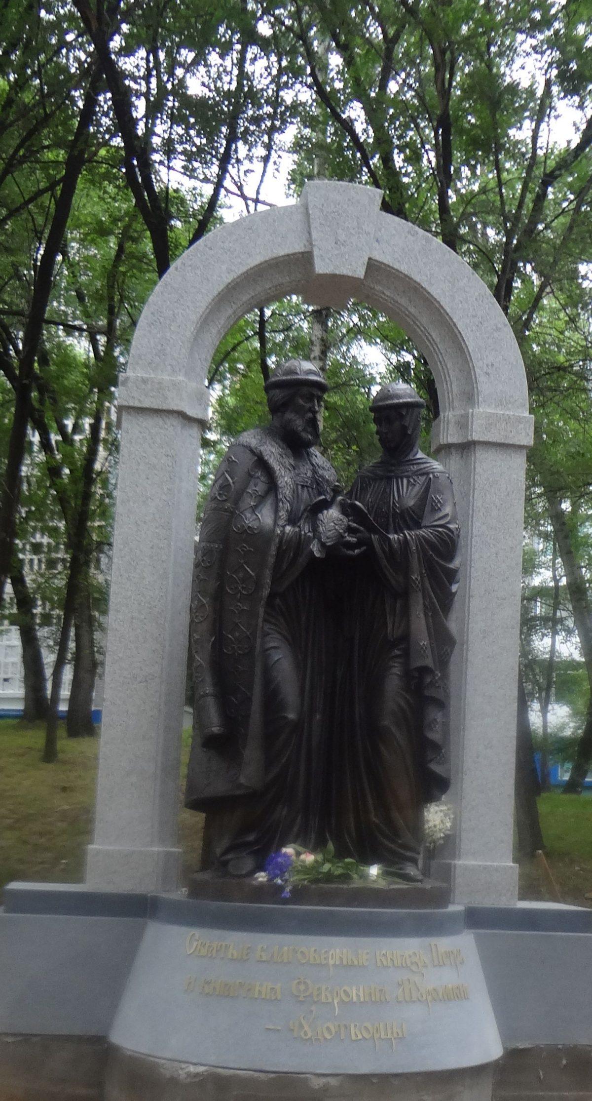Скульптурная композиция Петру и Февронии Муромским